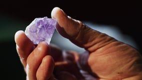 Een purper kristal stock video