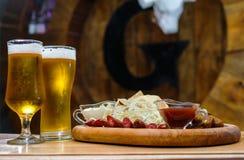 Een raad met snacks voor bier Op een houten lijst stock fotografie