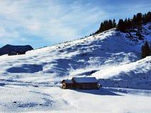 Een recente de herfst en de winteratmosfeer op weilanden en landbouwbedrijven in de berg gaat Schwagalp-gebied over stock fotografie
