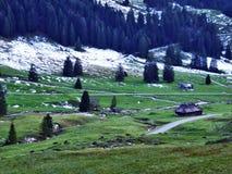Een recente de herfst en de winteratmosfeer op weilanden en landbouwbedrijven in de berg gaat Schwagalp-gebied over royalty-vrije stock afbeelding