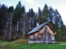 Een recente de herfst en de winteratmosfeer op weilanden en landbouwbedrijven in de berg gaat Schwagalp-gebied over stock foto
