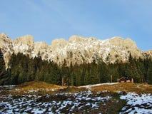 Een recente de herfstatmosfeer op weilanden en landbouwbedrijven in de vallei van Seez-rivier en op het Malun-bergplateau royalty-vrije stock afbeeldingen