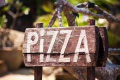 Een reclamepizza op een houten Raad stock foto's