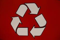 Een recyclingsteken in rood Stock Foto