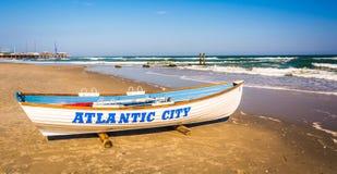 Een reddingsboot op het strand in Atlantic City, New Jersey stock fotografie