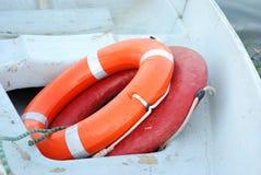 Een reddingscirkel is in een boot. Stock Afbeelding