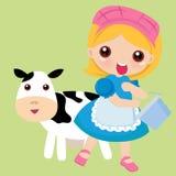Een redhead meisje melkt een bevlekte koe Royalty-vrije Stock Foto's