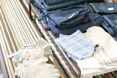 Een reeks beschermende het werkkleren voor arbeiders, kleren, werkende robes, handschoenen is op de lijst royalty-vrije stock foto's