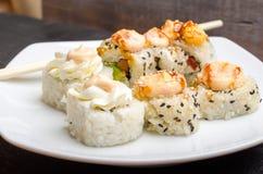 Een reeks besnoeiings Japanse sushi rolt op een witte plaatclose-up stock fotografie