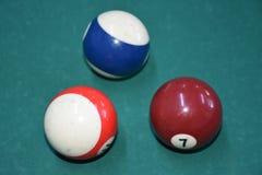 Een reeks biljart of poolballen op een groene gevoelde lijst royalty-vrije stock fotografie