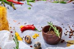 Een reeks deegwareningrediënten Kom zwarte peper op een grijze achtergrond Verschillende gezonde kruiden op een lijst De ruimte v royalty-vrije stock afbeelding