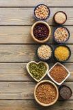 Een reeks diverse superfoods, gehele korrels, bonen, zaden, peulvruchten in kommen op een houten planklijst Hoogste mening, exemp royalty-vrije stock afbeelding