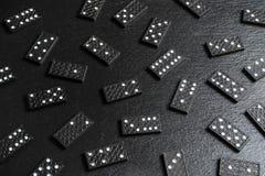 Een reeks dominobeenderen op zwarte steenachtergrond royalty-vrije stock foto's