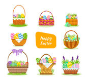 Een reeks feestelijke, mooie, Pasen-manden met geschilderde eieren Stock Afbeeldingen