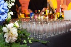 Een reeks glazen op de lijst Stock Foto's