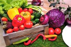 Een reeks groenten in een houten doos Stock Afbeeldingen