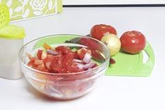 Een reeks groenten voor salade ligt dichtbij de scherpe raad Mes voor knipsel en een container voor salade Royalty-vrije Stock Fotografie