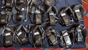 Een reeks hoofdtelefoons voor gelijktijdige vertaling tijdens onderhandelingen in vreemde talen hoofdtelefoons voor gelijktijdig  stock afbeelding