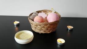 Een reeks hulpmiddelen voor het bad is op de lijst: bommen voor het bad, zout, kaarsen stock videobeelden