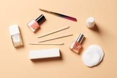 Een reeks hulpmiddelen voor manicure en nagellak stock fotografie