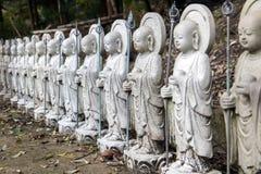 Een reeks kleine standbeelden van Boedha in een Japans park Royalty-vrije Stock Afbeeldingen