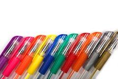 Een reeks kleurde pennen op een witte achtergrond royalty-vrije stock afbeeldingen