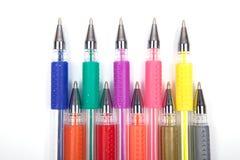Een reeks kleurde pennen op een witte achtergrond stock afbeelding