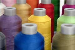 Een reeks kleurrijke spoelen van draad, stock foto's
