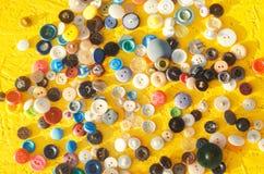 Een reeks knopen op een gele achtergrond handwerk, creatieve hobby, antiquiteiten vector illustratie