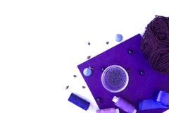 Een reeks materialen voor handwerk in violette kleur royalty-vrije stock afbeelding
