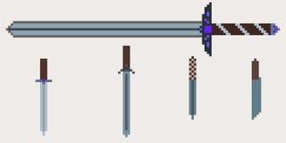 Een reeks middeleeuwse wapens - een zwaard met twee handen en messen Stock Foto's