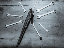 Een reeks moersleutels op staalplaat Royalty-vrije Stock Afbeelding