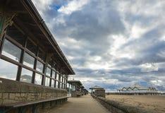 Een reeks plaatsingsgebieden langs een strand op een bewolkte dag Stock Afbeeldingen
