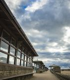 Een reeks plaatsingsgebieden langs een strand op een bewolkte dag Royalty-vrije Stock Foto
