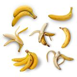 Een reeks rijpe bananen op een witte achtergrond Mening van hierboven Geïsoleerde stock foto's
