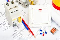 Een reeks toebehoren voor de installatie van elektro bedradingshuizen Het concept van de elektriciteitsindustrie royalty-vrije stock afbeeldingen