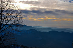 Een reeks van bergen en mist Stock Afbeelding