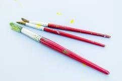 Een reeks van drie vuile penselen Stock Foto's