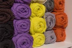 Een reeks van gekleurd garen Stock Foto