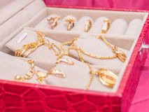 Een reeks van gouden juwelen Stock Afbeelding