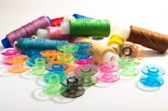 Een reeks van het naaien van spoelen royalty-vrije stock afbeeldingen