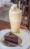 Een reeks van koffie frappe en chocoladecake Stock Foto's