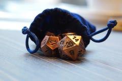 Een reeks van polyhedral dobbelt met trekt koordzak Stock Foto
