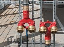 Een reeks van rood verf de pijpleidingssysteem van het brandbestrijdingswater Stock Afbeeldingen