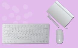 Een reeks van Toetsenbord en muis naast een notitieboekje en een pen op een bureau vector illustratie