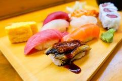 Een reeks van verse sushischotel Stock Foto