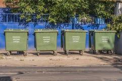 Een reeks van vier afvalcontainers Stock Foto