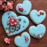 Een reeks verglaasde gemberbroden in blauw en met suiker bloeit Stock Afbeelding