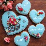Een reeks verglaasde gemberbroden in blauw en met suiker bloeit Stock Foto's