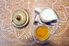 Een reeks voor het drinken van thee, een kop en lijster, met bronsdeksels wordt een behandeld, close-upmening die royalty-vrije stock fotografie